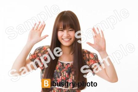 両手を見せる女性