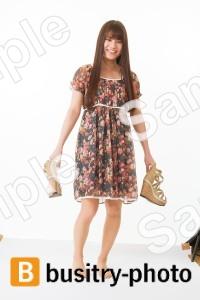 靴を持っている女性