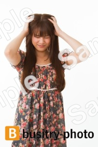 髪の毛をかきむしる女性