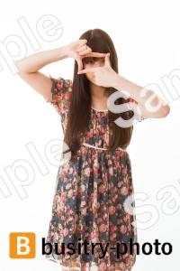 カメラのジェスチャーをする女性