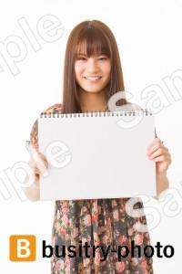 スケッチブックを持つ女性