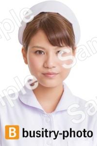 看護師の格好をする女性