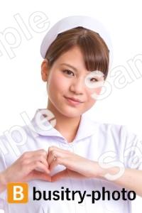手でハートマークを作る女性