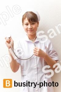 聴診器を使う女性