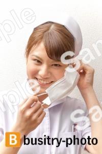マスクをはずす女性