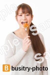 から揚げを食べる女性