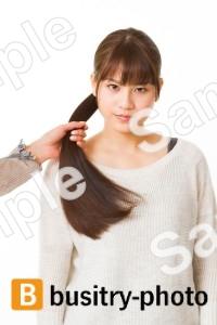 髪の毛を掴まれる女性