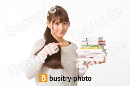 本の山を指差す女性