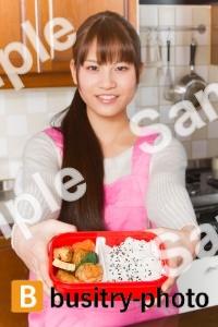 お弁当を見せる女性