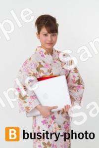 ノートパソコンを持つ着物姿の女性
