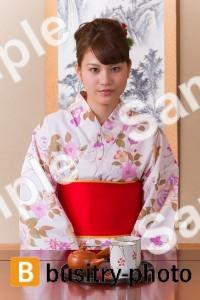 お茶を出す着物姿の女性