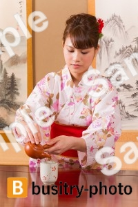 お茶を注ぐ着物姿の女性