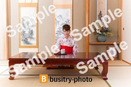 お茶を飲む着物姿の女性