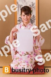 半紙を持つ着物姿の女性