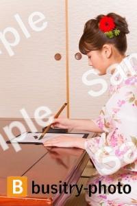 書道をする着物姿の女性