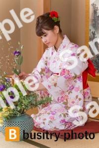 生け花をする女性