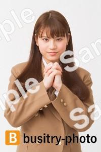 祈るポーズをする女子高生