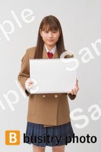 スケッチブックを持つ女子高生