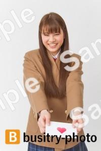 ラブレターを渡す女子高生