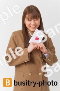 ラブレターを持つ女子高生
