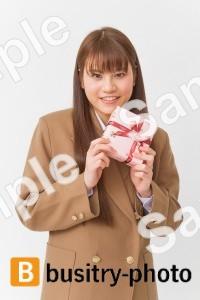 プレゼントを持つ女子高生