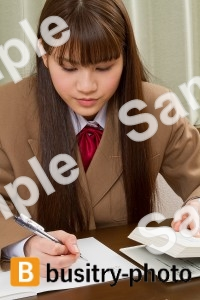 勉強をする女子高生