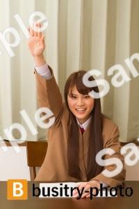 手を上げる女子高生