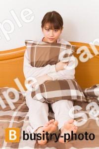枕を抱きかかえる女性
