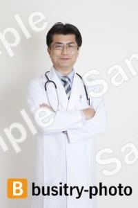 腕組みする医師