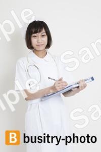 診断書を書く看護師