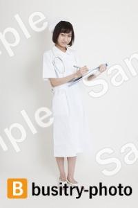 診察する看護師