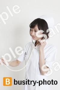 聴診器を使う看護師
