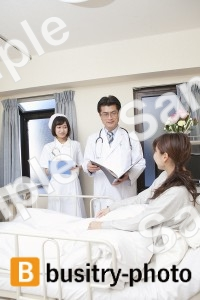 女性患者と医師と看護師