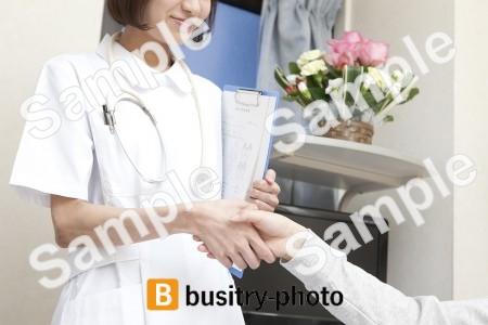 女性患者と握手する看護師