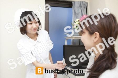 女性患者に聴診器を使う看護師