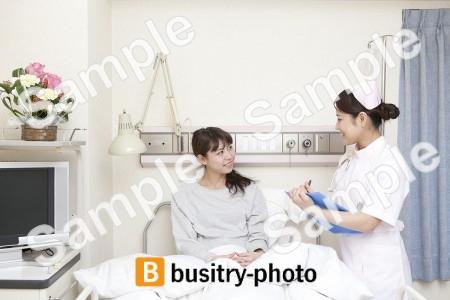 女性患者を診察する看護師