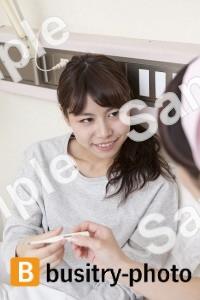 体温計をもつ女性患者