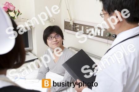 男性の患者と医師と看護師