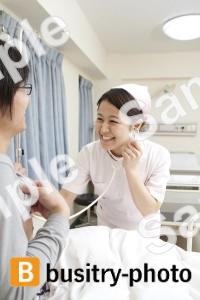 男性患者に聴診器をあてる看護師