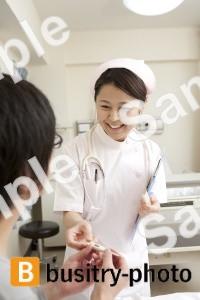 男性患者に体温計を渡す看護師