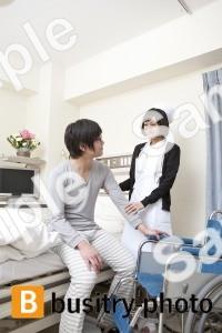 男性の患者と看護師