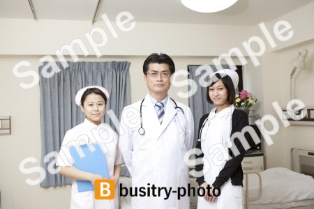 2人の看護師に挟まれる医師
