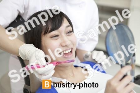 歯を磨いてもらう女性患者