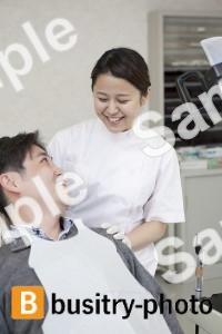 男性患者と歯科助手