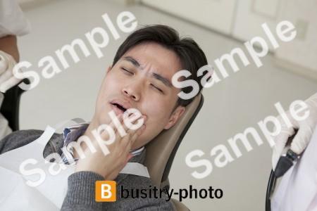 虫歯で苦しむ男性患者