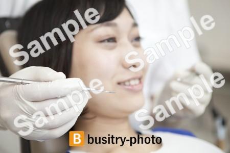 虫歯治療をされている女性患者