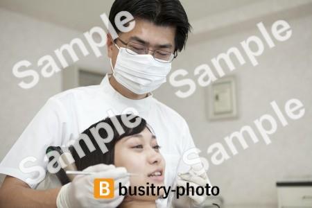 歯科医と女性患者