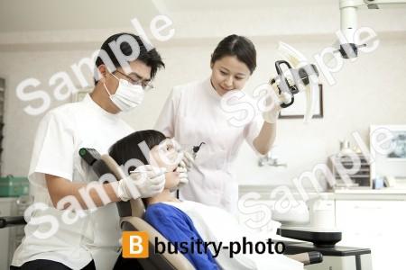 虫歯の治療をする歯科医と歯科助手