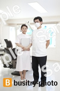 歯科医と歯科助手