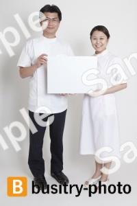 ボードを持つ医師と看護師